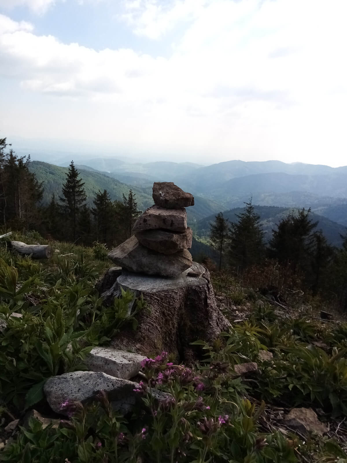 hypnose-steine als turm vor riesigem Ausblick, verdeutlicht fokussierung