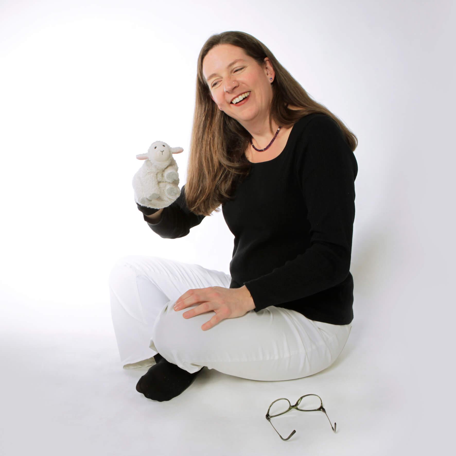 stephanie roesch spielt mit handpuppe kinderhypnose