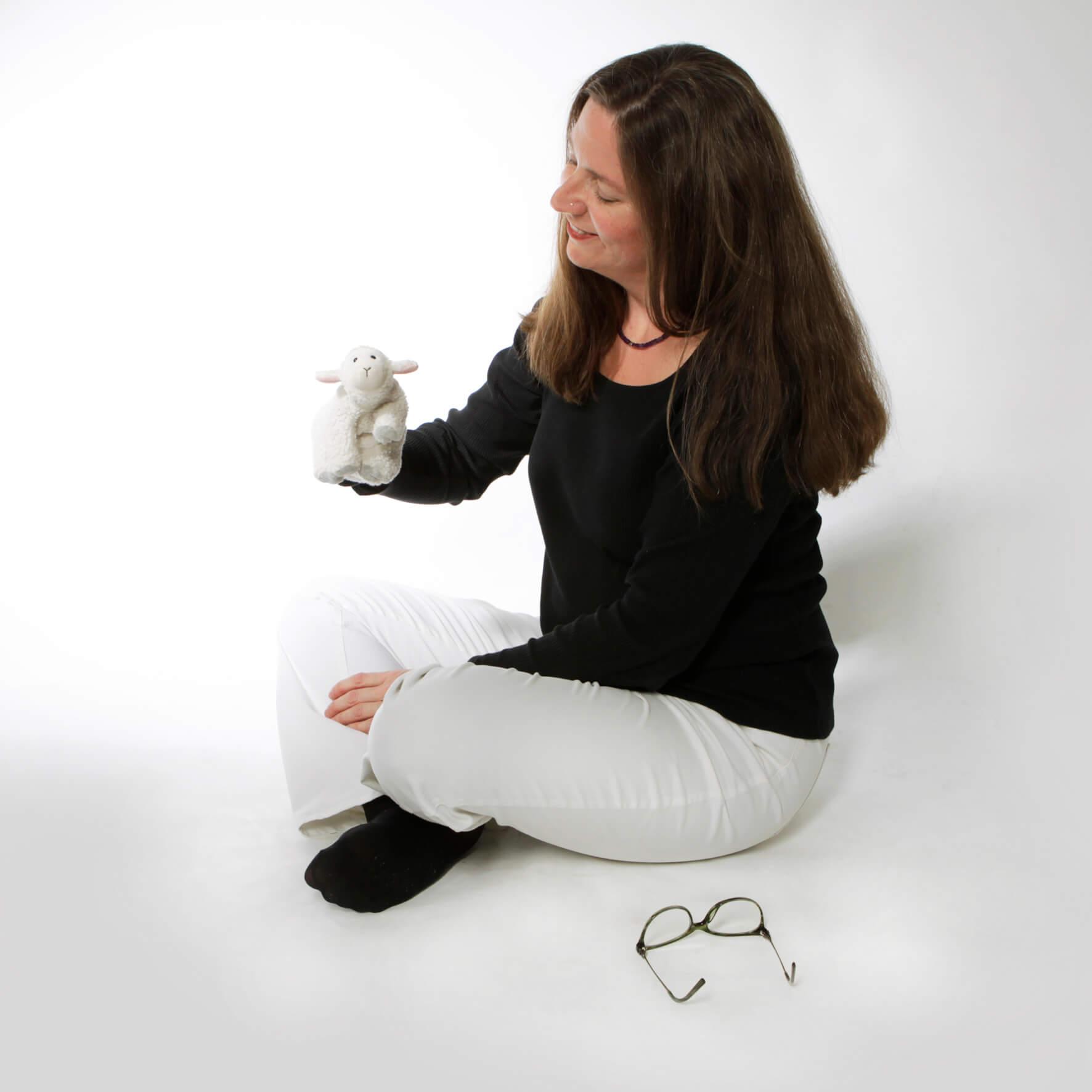 waehrend wachhypnose spielt stephanie roesch mit handpuppe schaf kinderhypnose