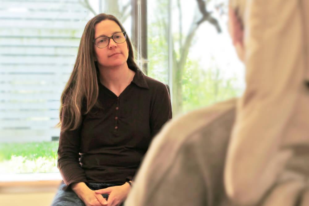 stephanie-roesch-waehrend-hypnose-in-praxis