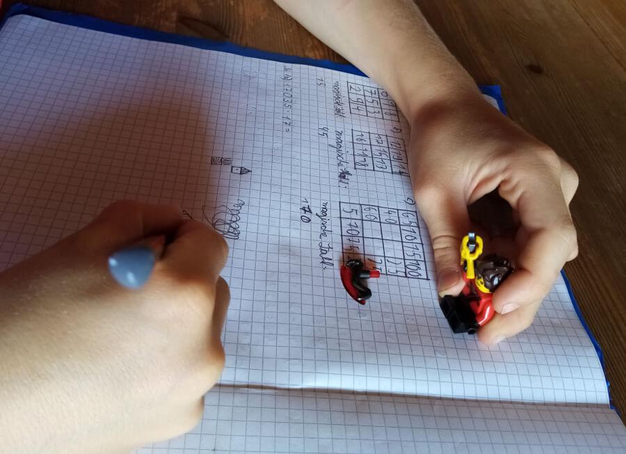 keine-konzentration-Konzentrationsprobleme während hausaufgaben kind spielt lieber